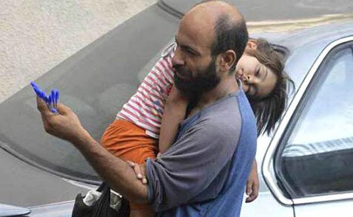 Этот мужчина с дочерью продавали ручки на улице для того, чтобы выжить. Всего одна фотография изменила их жизнь