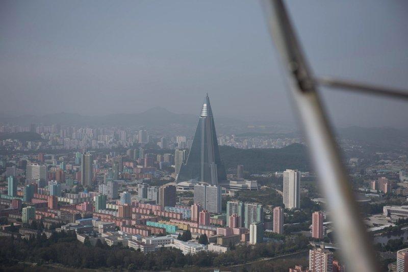 В октябре 2017 года NK News опубликовал фотографии, свидетельствующие о том, что работы над строительством отеля могли быть возобновлены Арам Пан, Пхеньян, видео, красота, редкие кадры, с высоты, фотограф