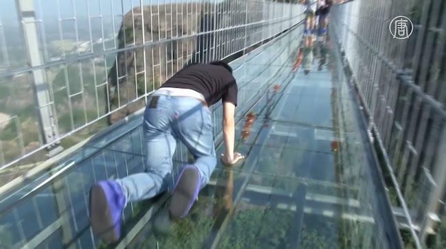 """В Китае открыли """"Мост для храбрецов"""" — далеко не всякий рискнет пройти по нему не ползком"""