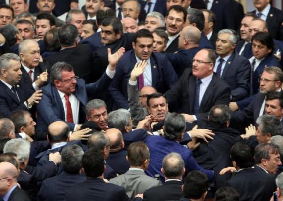 В парламенте Турции произошла массовая драка
