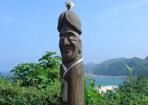 «Трогательные места» у статуй, или с чем на самом деле фотографируются туристы?