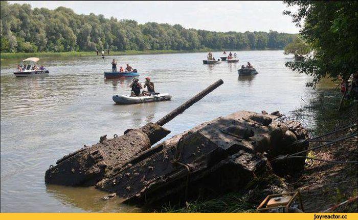 В Воронежской области в районе села Украинская Буйловка со дна реки Дон подняли единственный сохранившийся танк Т-34-76, выпущенный Сталинградским тракторным заводом.