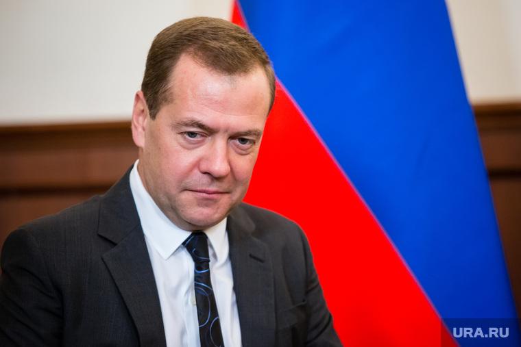 Премьер Медведев повысил зарплату чиновникам и бюджетникам