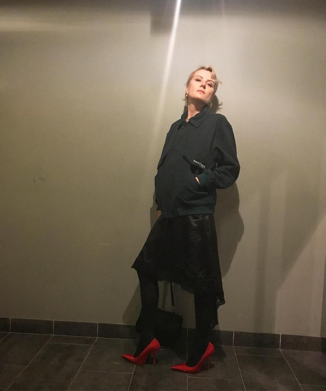 Рената Литвинова в толстовке и лодочках
