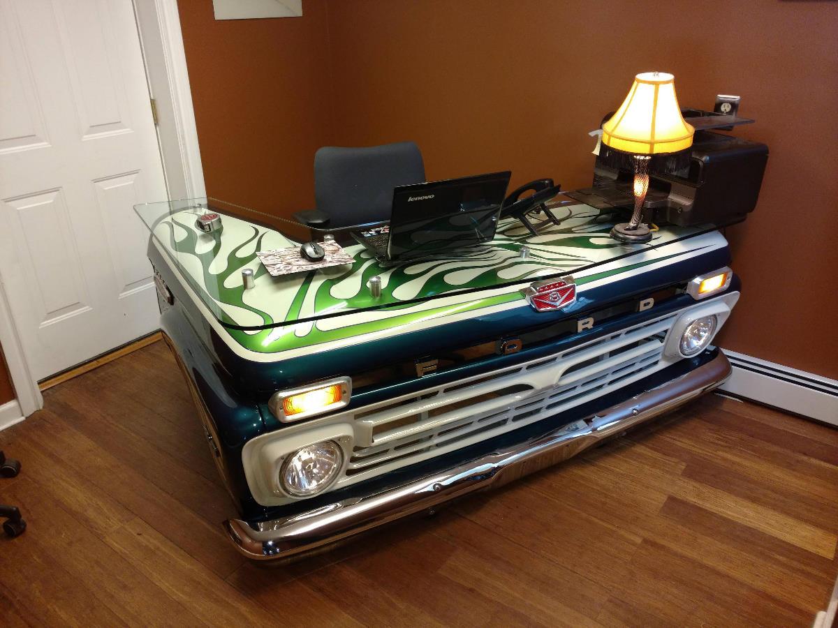 Креативный стол для офиса из проржавевшего кузова пикапа