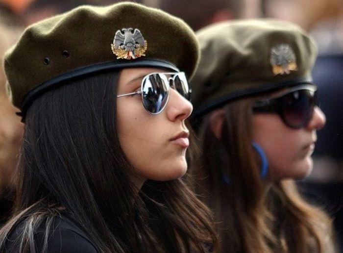 Милые девушки - военнослужащие сербской армии