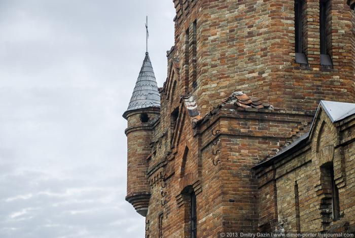 Замок строился из кирпича по той причине, что Поповы владели тремя кирпичными заводами поблизости от Васильевки.