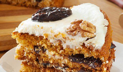 Нежный медовик с черносливом и орехами — изумительно вкусно!