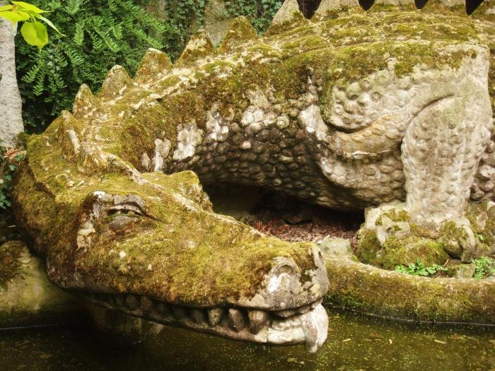 Каменный дракон, охраняющий вход в пещеру. | Фото: vk.com.