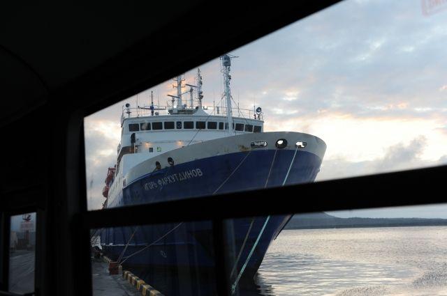 В Охотском море ледокол освободил застрявший во льдах теплоход