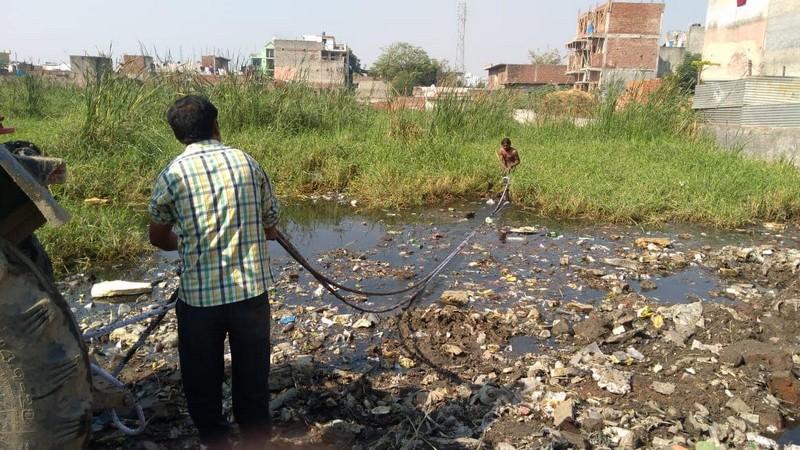 Индийский парень самостоятельно очищает водоемы: пример для подражания