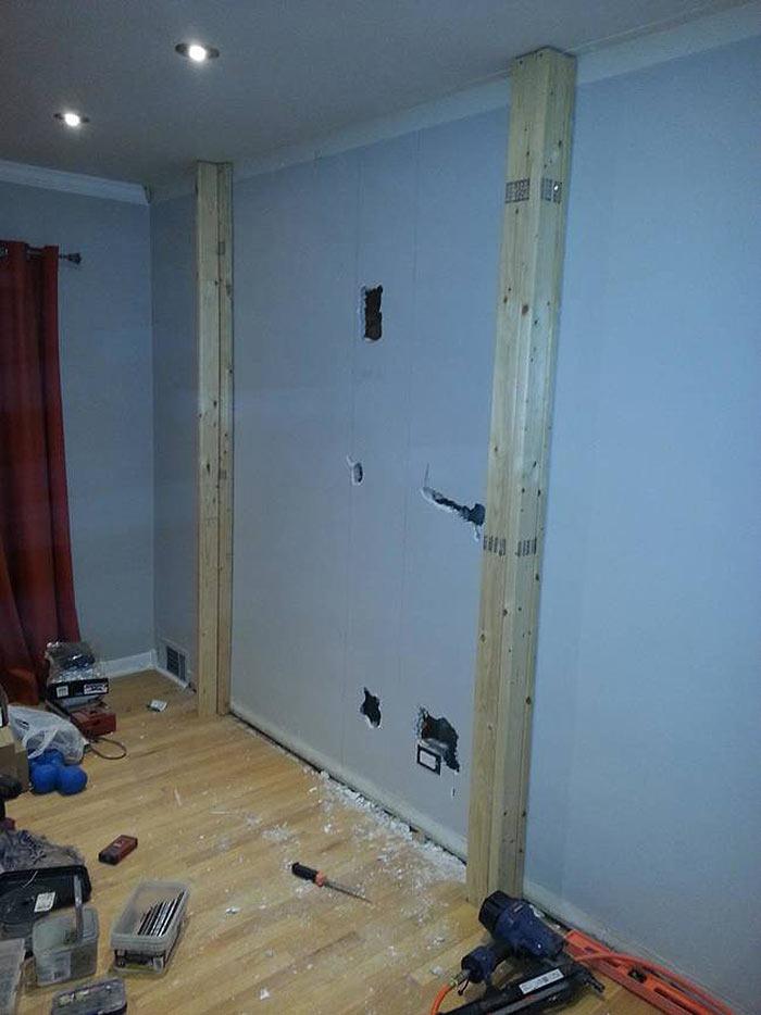 Когда надоела скучная стена в гостиной