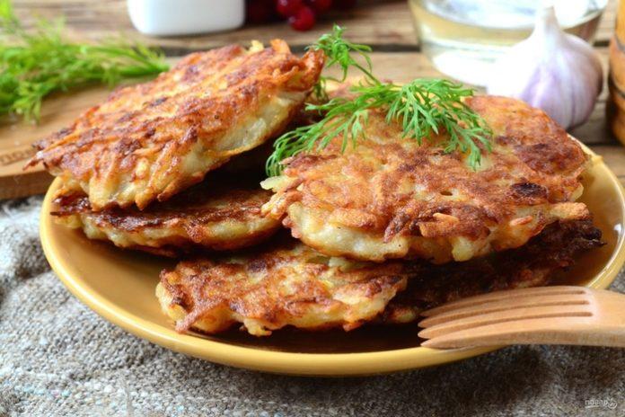 Брамбораки — чешские картофельные драники с добавлением кусочков бекона и обязательно пива