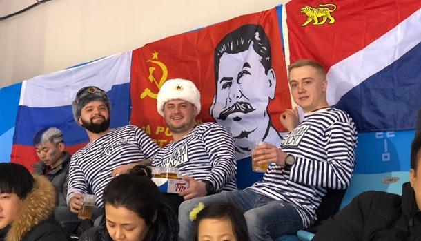 Ленин вам не нравился?: Российские болельщики на Олимпиаде вывесили флаг со Сталиным