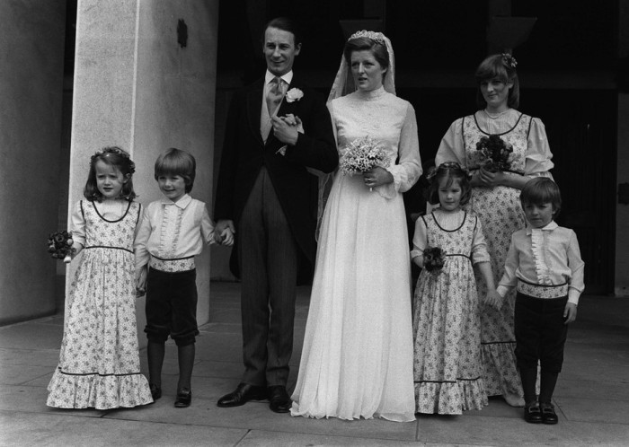 Будущая принцесса Диана на свадьбе сестры Джейн и Роберта Феллоуза. / Фото: www.elle.ru