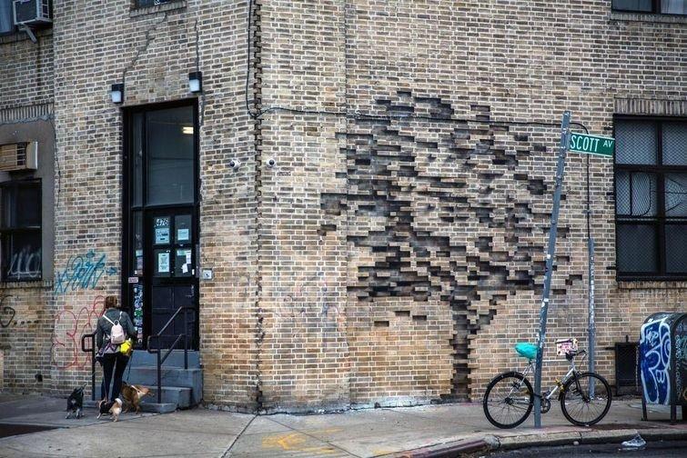 Думаете кто-то просто двигал кирпичи в этой стене? Нет, всё гораздо интереснее
