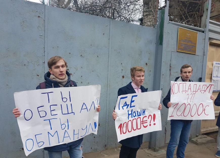 Навальный на свободе - школьники, требующие у него денег, задержаны