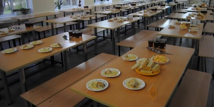 Омским школьникам запретили приносить с собой еду из дома