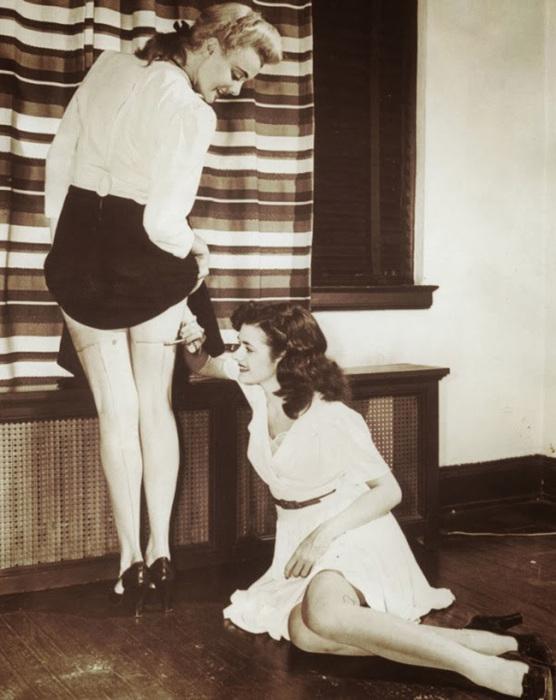 Женщины рисуют стрелки прямо на ногах в 1942 году.