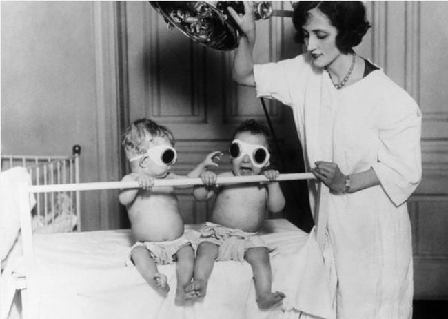 Медсестра облучает детей ультрафиолетом в 1927 году.