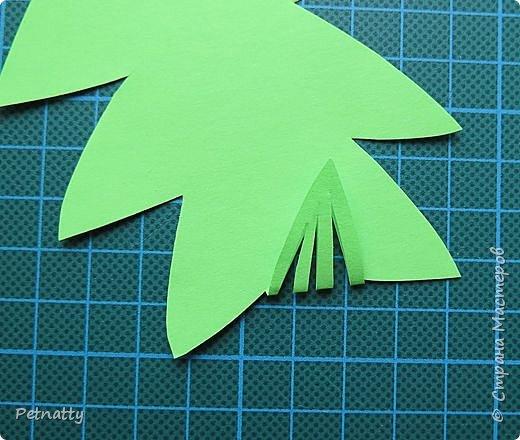 Такие листочки вырезать довольно просто, справятся и дети. Можно использовать при украшении класса. фото 3