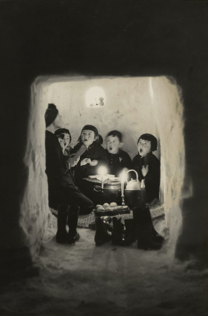 41. Дети поют в снежной пещере, Ниигата, 1956 год детство, прошлое, фотография