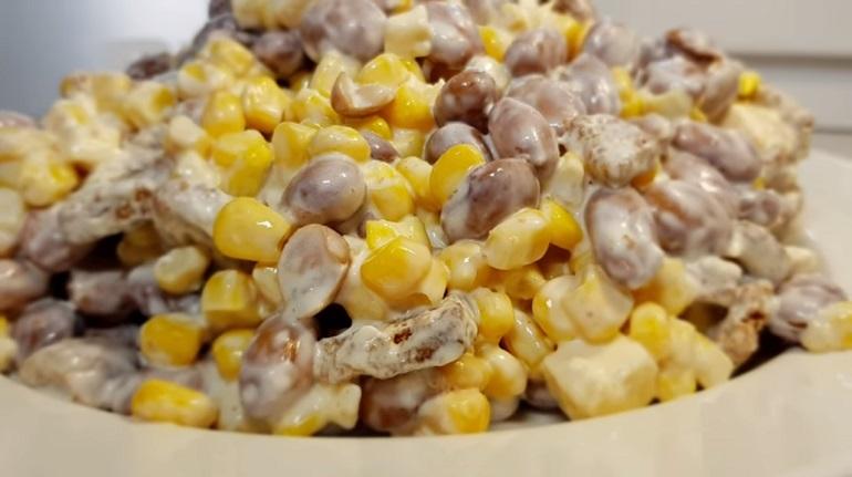 Отбивные с луком и вкусный салат из 4 ингредиентов: супер ужин на скорую руку