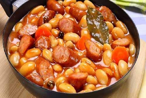 Фасоль, тушенная с овощами и копчеными колбасками