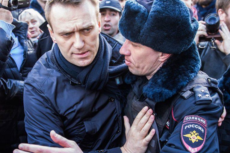 Навальный запланировал на День России прикрыть свои лозунги государственным флагом