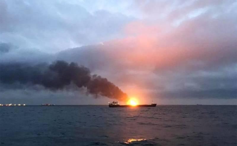 Два судна горят возле Керченского пролива