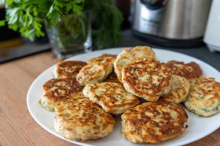 Фото к рецепту: Котлеты из куриного филе с кабачком