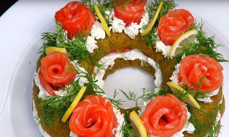 Закусочный пирог с красной рыбой «Рождественский венок»