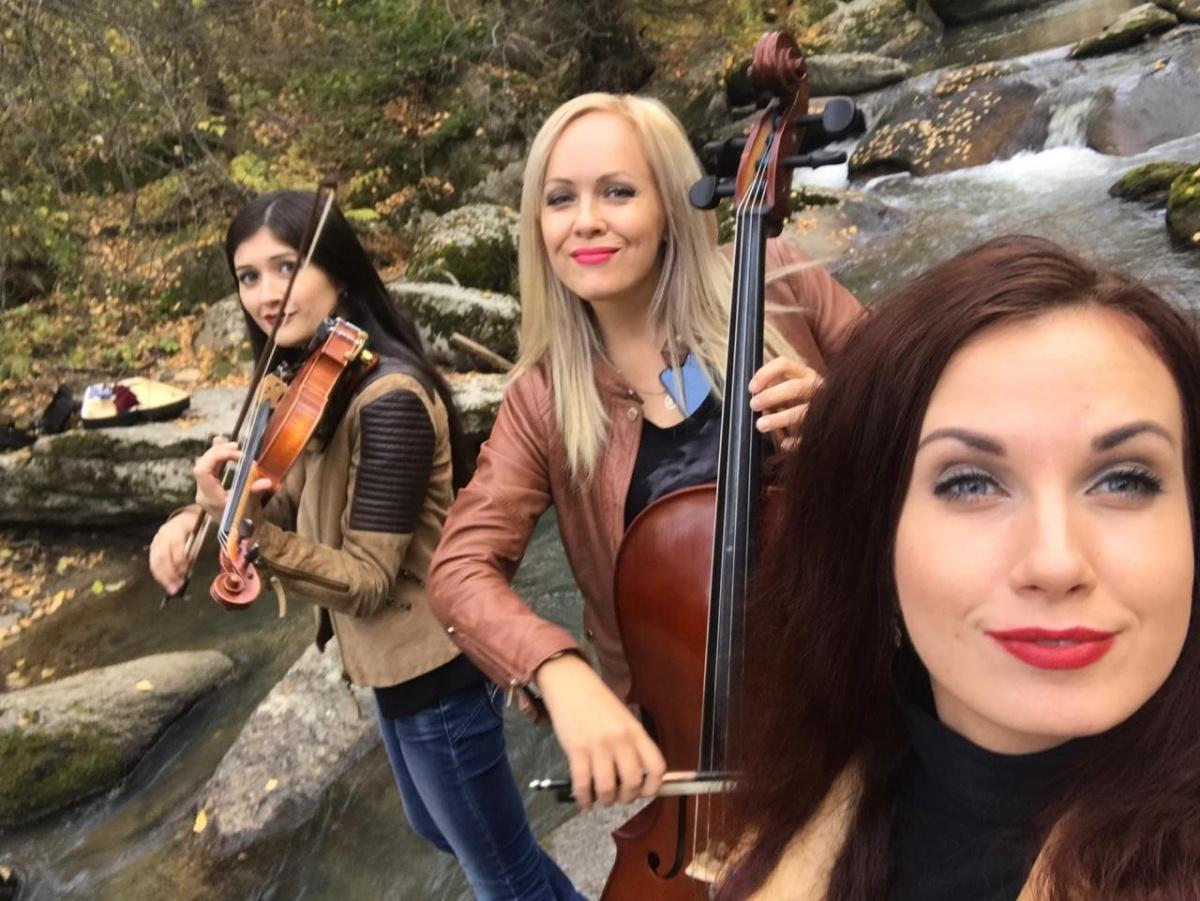 Красивые сибирячки со скрипками показали клип на песню Виктора Цоя