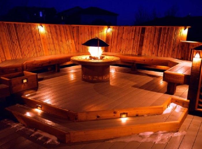 Романтическое освещение - отличная идея для открытой веранды.