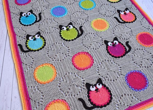 Яркие коты в дизайне вязаных штор