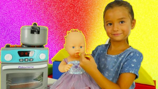 Джейлин готовит для куклы-малышки. Видео на турецком