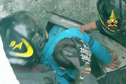 Спасатели извлекли из-под руин засыпанного лавиной отеля в Италии двух человек