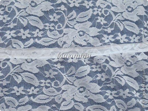 Чем хороши подобные платки? 1) они не спадают с головы даже при поклонах, 2) закрывают плечи, что немаловажно летом, когда хочется одеть сарафан, но из-за открытых плеч приходится от него отказываться 3) очень красивы и эффектны! Особенно на венчании невеста будет невероятно хороша в таком платке Шьется такой платок из гипюра, фистонного кружевного полотна, просто из шелка и обшивается соответствующим кружевом. Расход: при ширине гипюра 140-150см из 110-120см у вас выйдет 2 платка; кружево на данный размер 3-3.5 метра (на 1 платок); 1.5- 1.6 метра косой бейки в тон; 1.5 м тонкой атласной ленточки; 2 концевика (или 2 бусинки) Данный платок шился для взрослого человека, но моделью работает моя 5и летняя дочь))), хотя на взрослом платок смотрится, практически, так же красиво фото 8