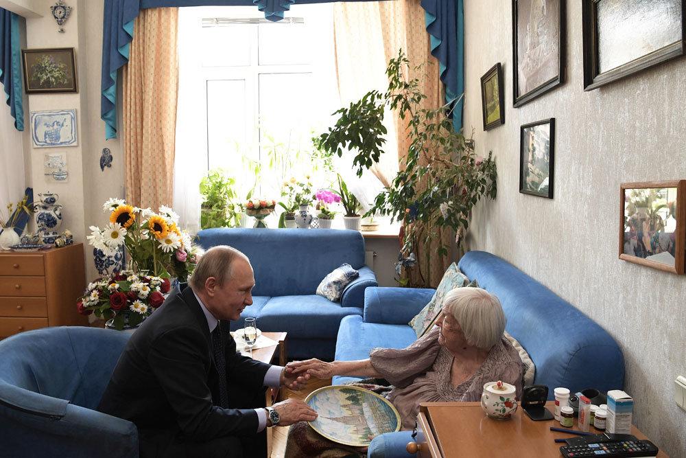 Путин лично поздравил правозащитницу Алексееву с 90-летием