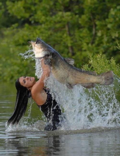 ловить рыбу в мутной воде для женщины