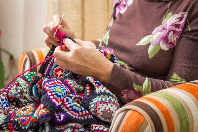 Изготовление вязаной шторы в стиле пэчворк