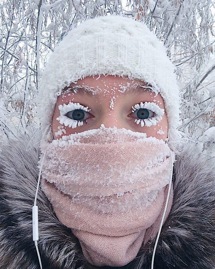 В Оймяконе так холодно, что электронный градусник не выдержал и сломался при температуре -62 °C, и глядя на эти фото его можно понять!