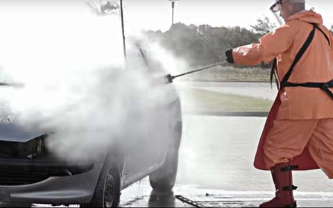 Посмотрите, как мойка под давлением уничтожает автомобиль. Видео