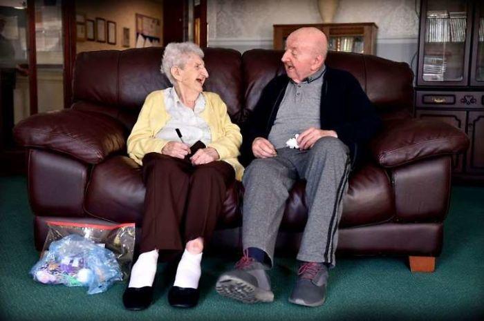 98-letnyaya-mama-priglyadyvaet-za-svoim-80-letnim-synom-potomu-chto-mama-vsegda-ostaetsya-mamoj_003
