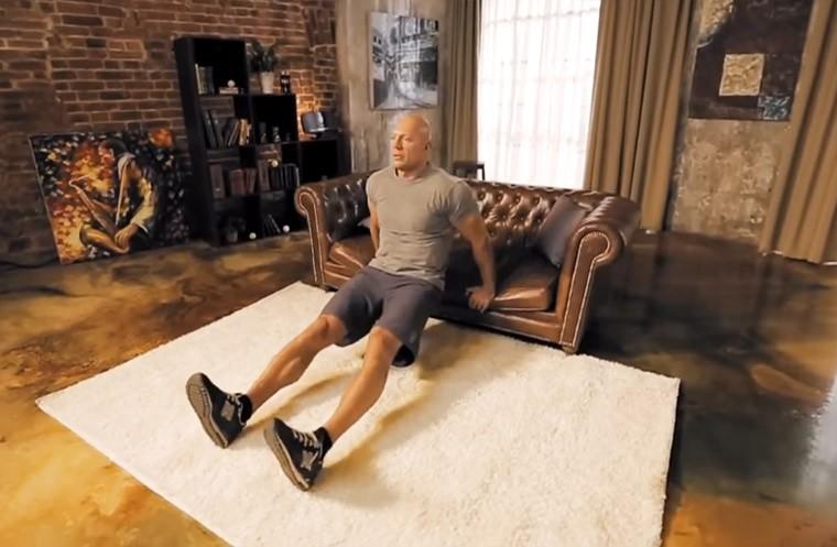 Тренировки для мужчин. Домашние упражнения на трицепс: диван вместо тренажера