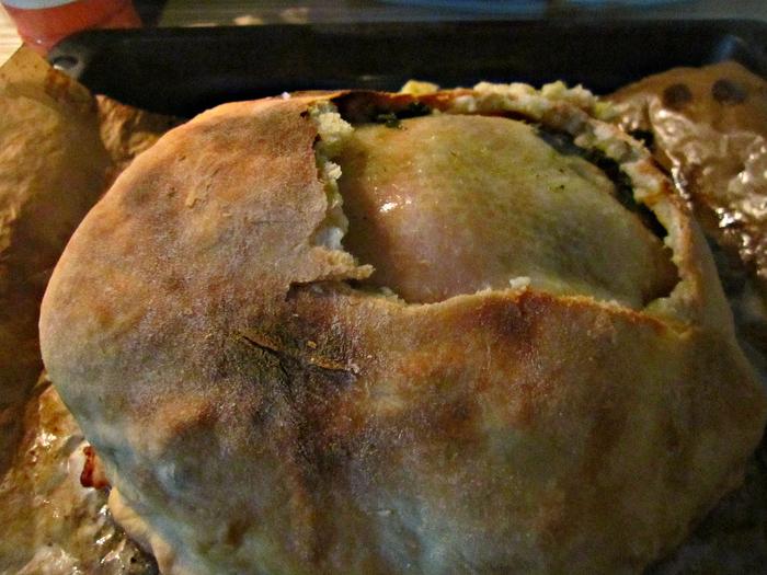 """""""Яйцо динозавра"""" запеченная курица в солёном тесте."""