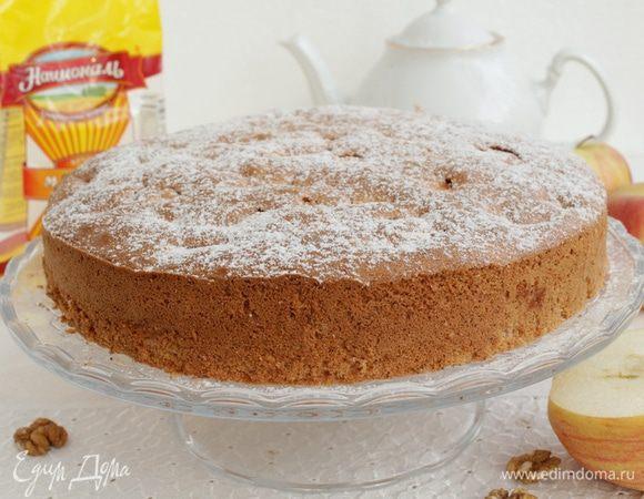 Бисквитный пирог с яблоками и орехами