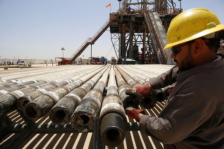 Нефтедобытчики договорились - почему же нефть дешевеет?