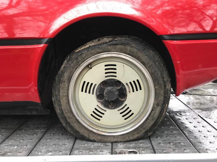 На машине стоят еще оригинальные шины, с которыми она сошла с конвейера