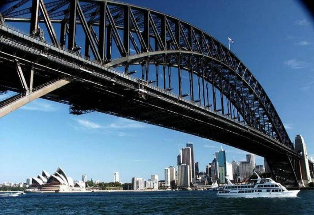 Портовый мост и его конструкция всегда вызывали усмешки у местных жителей. Созданный по проекту австралийского инженера Джоном Джобом Кру Брэдфилдом, этот мост обрел прозвище – вешалка для одежды.